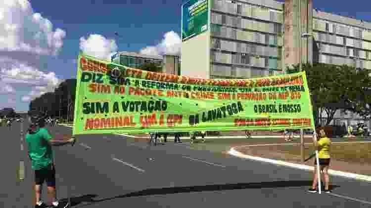 Empresário colocou filha para carregar faixa pró-Bolsonaro - Hanrrikson de Andrade/UOL