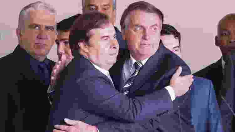 Bolsonaro e Maia, após entrega do projeto de lei que altera a CNH - Andre Coelho/Folhapress