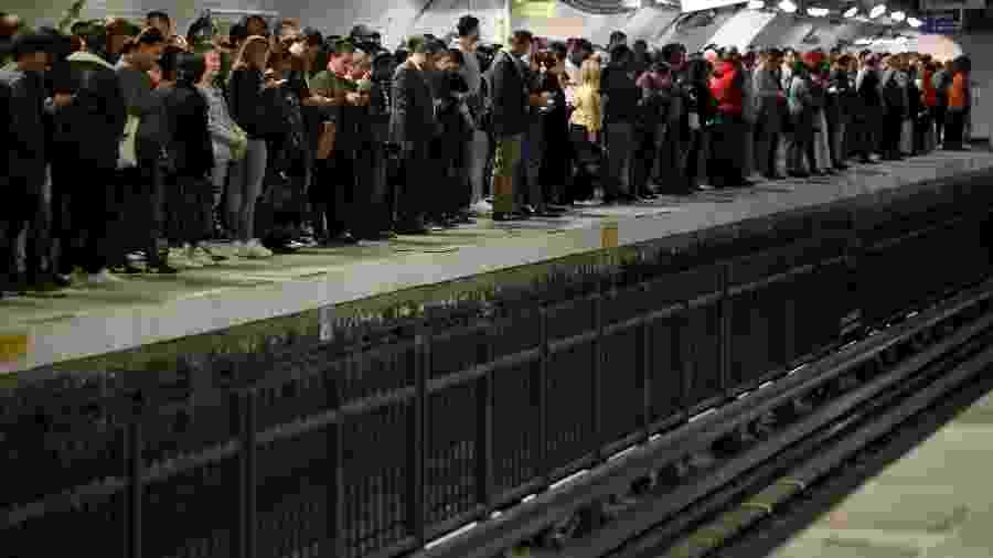 Passageiros esperam trem na estação de metrô Gare du Nord, em Paris, durante greve no transporte público - Christian Hartmann/Reuters