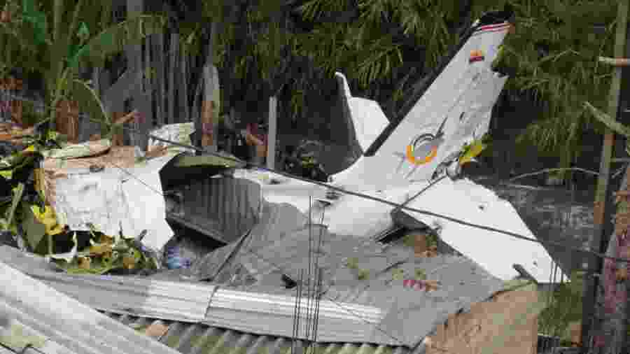 Destroços do avião ficaram sobre o telhado de várias casas do bairro Junín, perto do aeroporto - Xinhua/Francisco Calderón/Colprensa