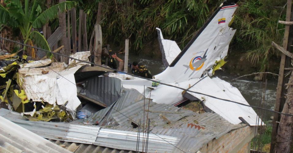15.set.2019 - Sete pessoas morreram e duas ficaram feridas neste domingo na queda de um avião da companhia aérea regional Transpacífico sobre uma área residencial na cidade de Popayán, no sudoeste da Colômbia