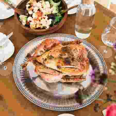 Imagem ilustrativa - frango servido à mesa - Gabriel Garcia Marengo/ Unsplash