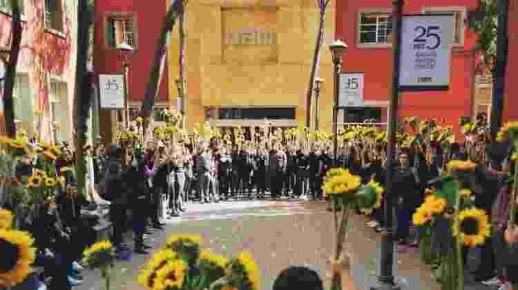 13.dez.2019 - Alunos exibiram girassóis durante protesto após morte de estudante no ITAM - Arquivo Pessoal - 13.dez.2019 - Arquivo Pessoal - 13.dez.2019