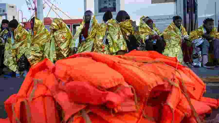 28.dez.2019 - Imigrantes descansam após serem resgatados por uma embarcação costeira da Espanha nas ilhas Chafarinas, no mar Mediterrâneo - Jesus Blasco de Avellaneda/Reuters
