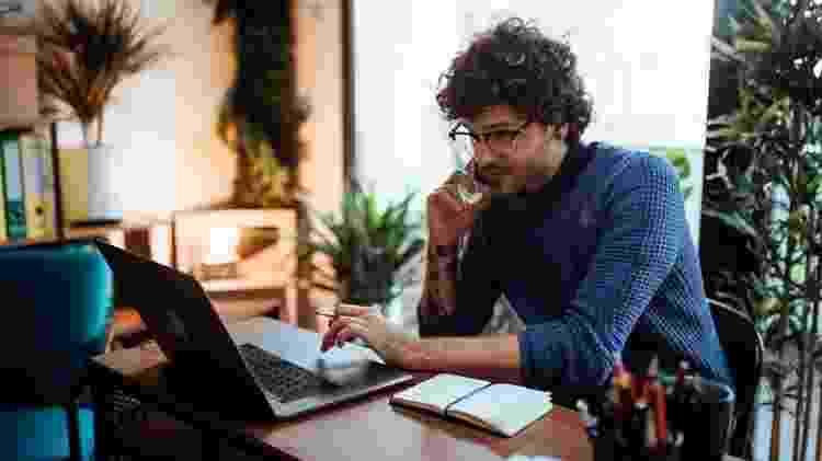 Home office pode ser um desafio para os trabalhadores, preocupados em não trabalhar demais nem serem atraídos pelas muitas distrações que têm em casa - Getty Images - Getty Images