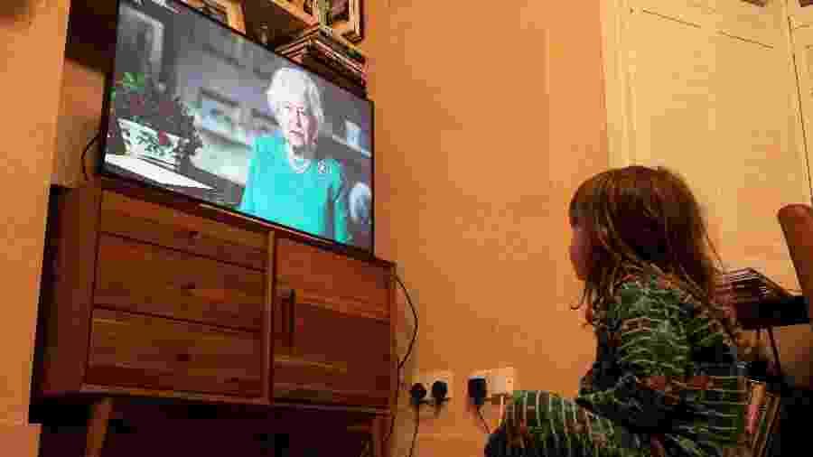 Britânicos assistem ao discurso da Rainha Elizabeth 2ª em meio à pandemia - Simon Dawson/Reuters