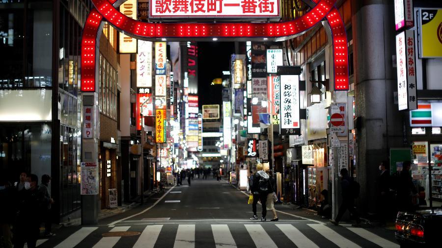 8.abr.2020 - Transeuntes caminham no distrito comercial e de entretenimento de Kabukicho, em Tóquio - Issei Kato/Reuters