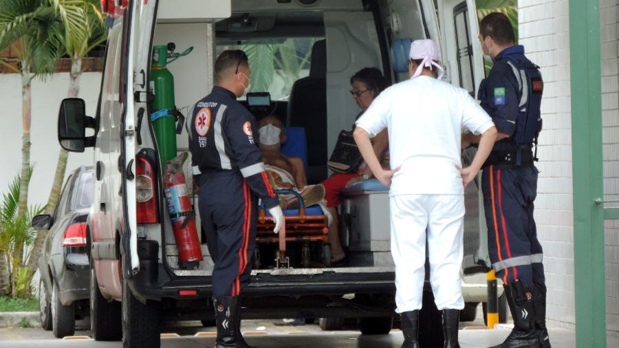 15/04/2020 - Coronavírus: paciente com máscara de proteção chega de ambulância em hospital de Recife (PE) - Veetmano Prem/Fotoarena/Estadão Conteúdo