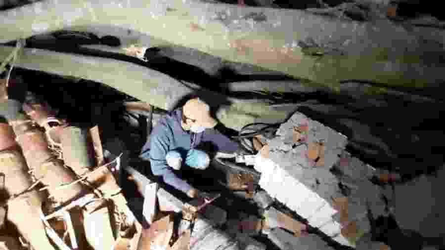 Victor Tadeu, tio do menino Caleb, mostra local onde o sobrinho estava soterrado - Reprodução/NSC TV