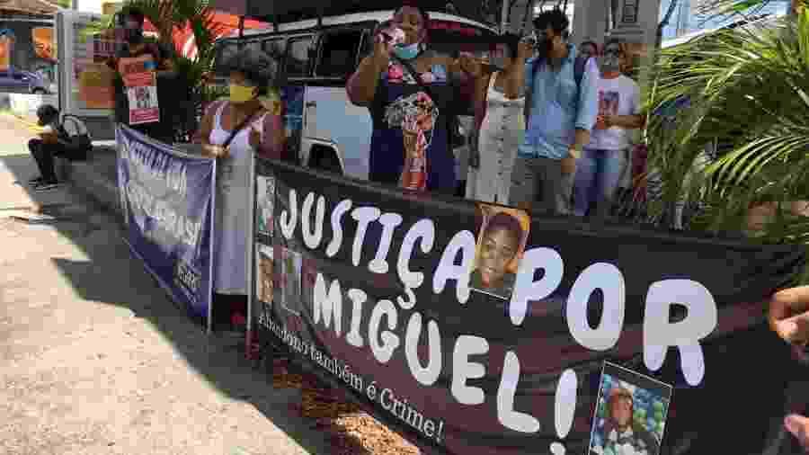 Manifestantes pediram reflexão e justiça; Miguel morreu em junho, ao cair do 9º andar de um prédio de luxo - Diogo Cavalcante