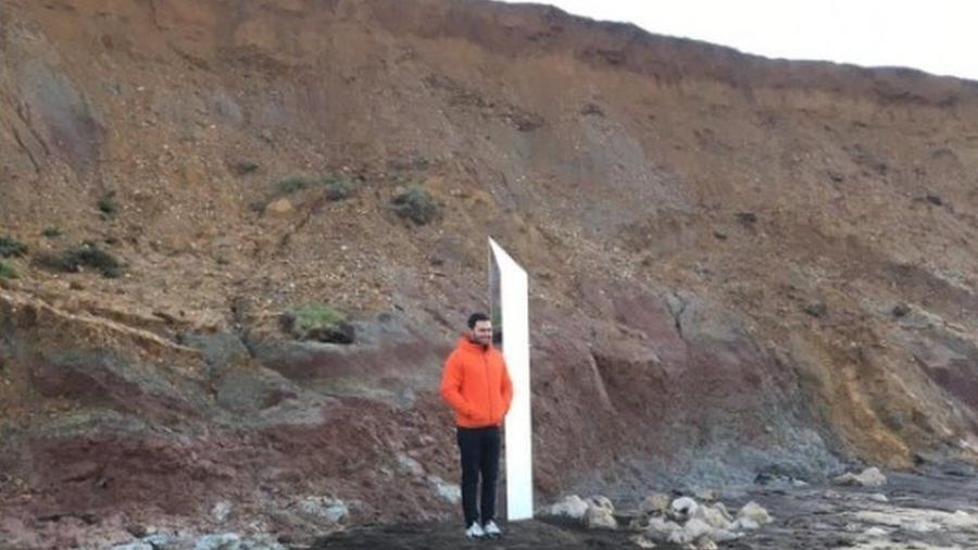 Tom Dunford ao lado do monólito que diz ser de sua autoria, com 2,2 m de altura e 0,6 m de largura - Reprodução/Tom Dunford