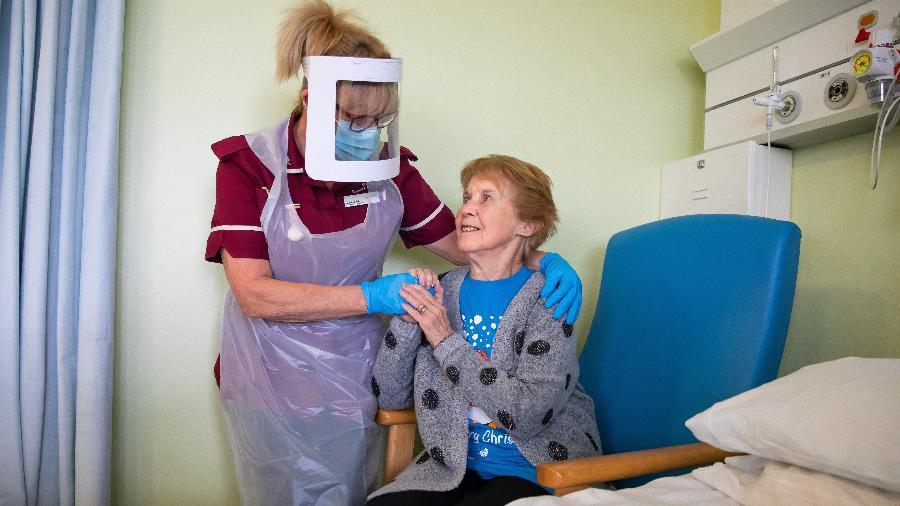 9.dez.2020 - Margaret Keenan, 91, foi a primeira pessoa a receber a vacina da Pfizer/BioNTech no Reino Unido - Jonny Weeks/Pool/AFP