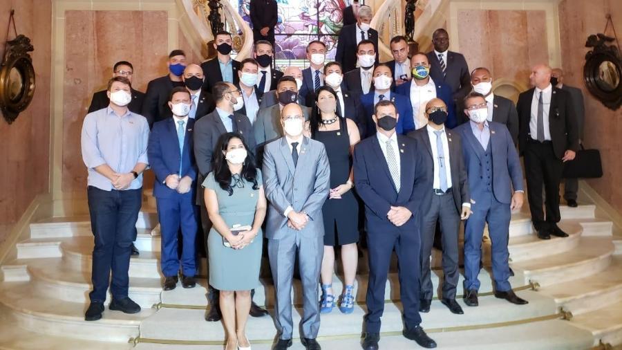 Bolsonaro e apoiadores se reuniram no Rio de Janeiro e posaram para foto usando máscaras  - Divulgação