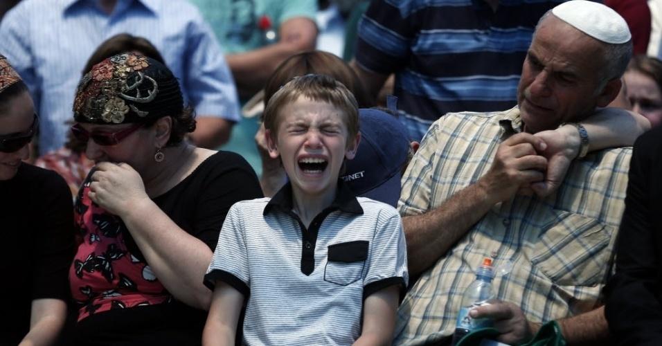 1º.jul.2015 - Familiares choram durante funeral de colono israelense em assentamento na Cisjordânia. Malaquias Moshe Rosenfeld morreu em um ataque a tiros perto de um assentamento judaico em área ocupada por Israel. Outras três pessoas ficaram feridas