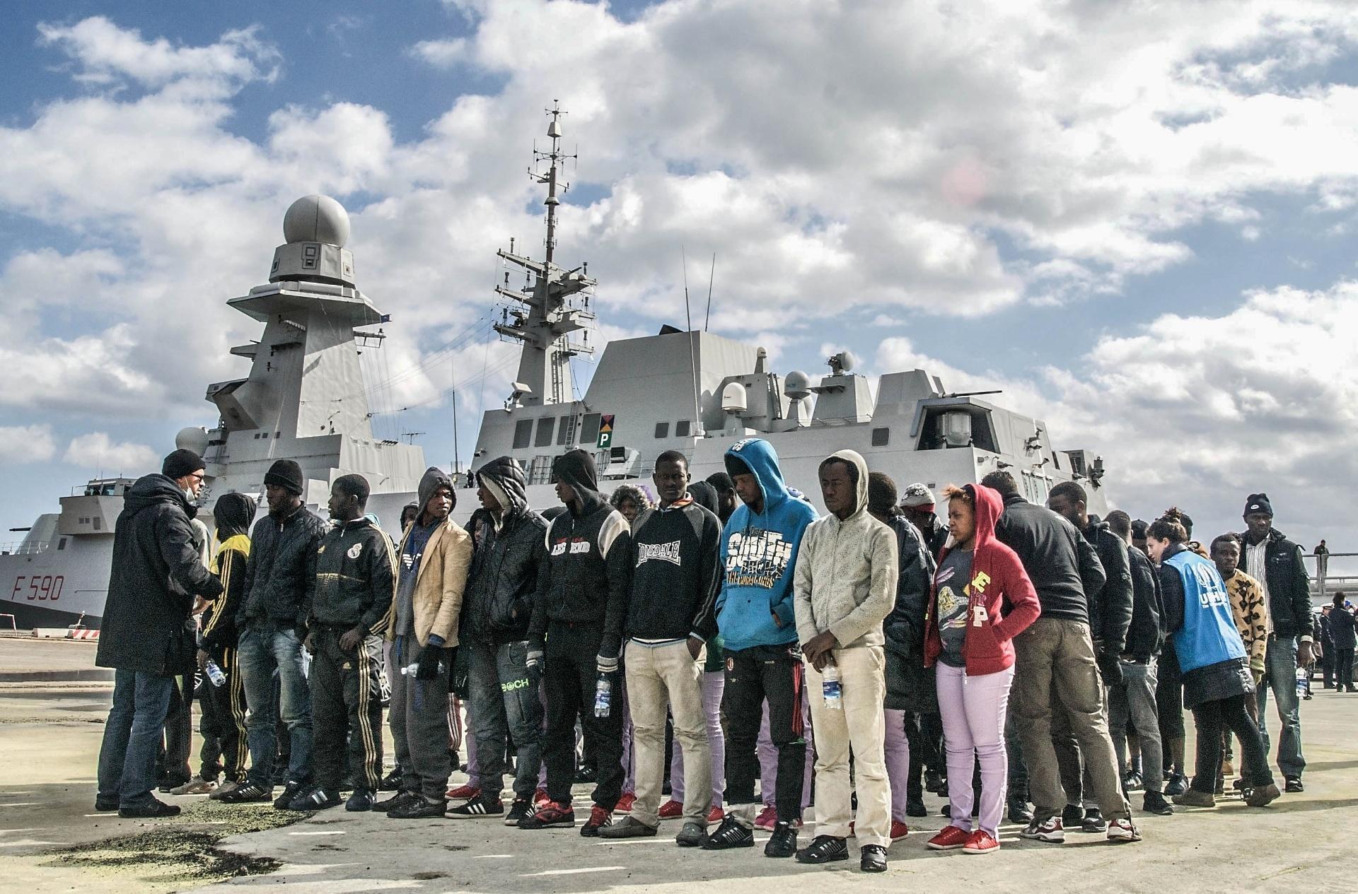 2.out.2015 - Imigrantes chegam no porto de Augusta, na Sicília, Itália, e se organizam para receber ajuda do governo local. Segundo dados do Alto Comissariado das Nações Unidas para Refugiados (ACNUR), até agosto deste ano a Itália recebeu 110 mil dos 380 mil imigrantes que chegaram à Europa