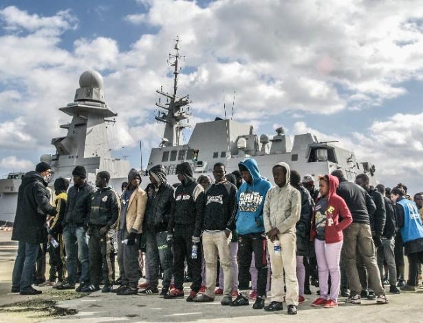 2.out.2015 - Imigrantes chegam no porto de Augusta, na Sicília, Itália, e se organizam para receber ajuda do governo local - Maurizio Longobardi/Eder Content/UOL