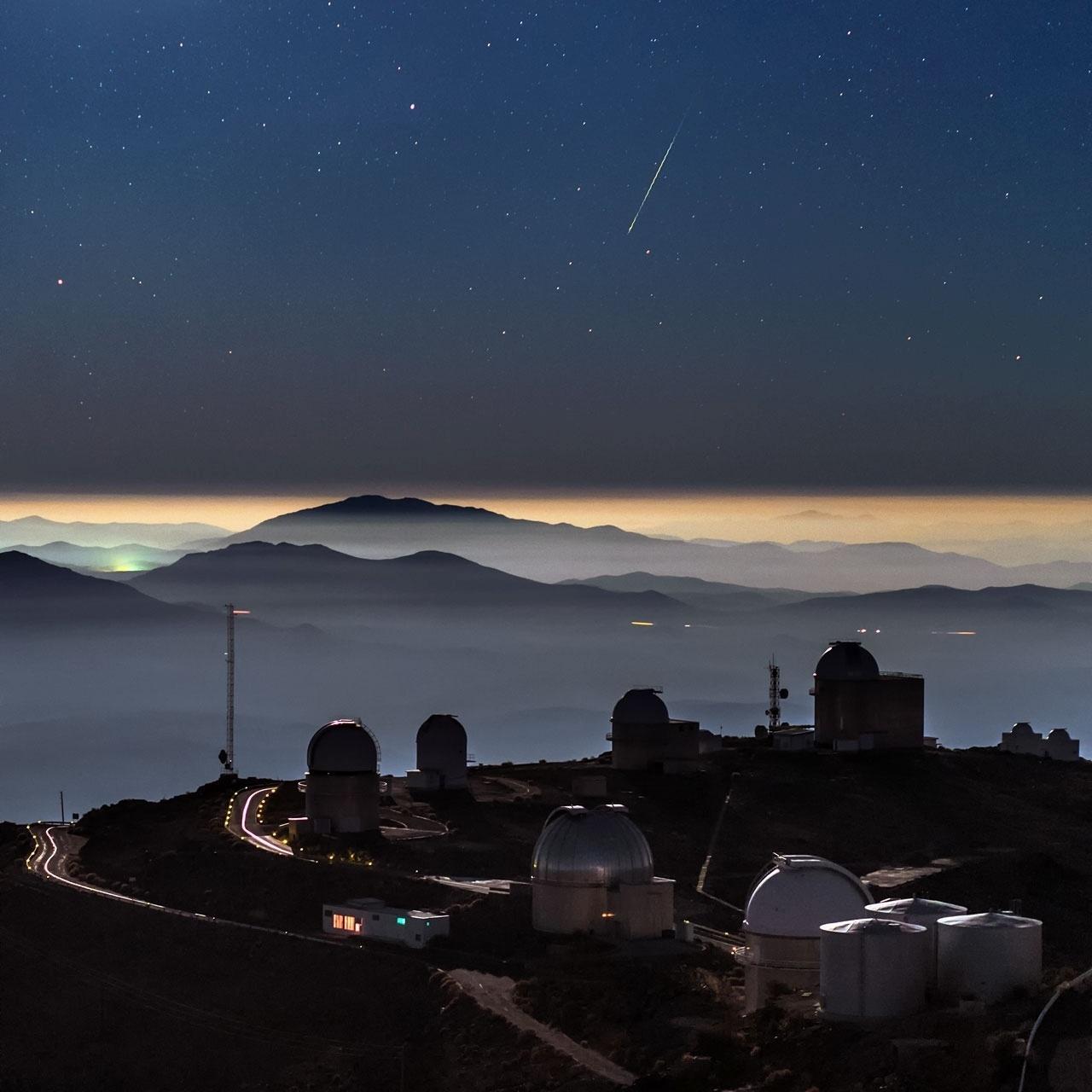 11.jan.2016 - Um meteoro foi registrado em uma foto no observatório La Silla, da ESO (Observatório Europeu do Sul), no deserto do Atacama, Chile. A fotografia impressionou amantes de astronomia por juntar com perfeição imagens do espaço e da Terra, mostrando as estrelas e o rastro de luz esverdeado do meteoro Geminid, além de montanhas e as cúpulas do observatório. O ESO afirmou que o céu escuro e o ar limpo do Atacama tornam o local ideal para observações astronômicas