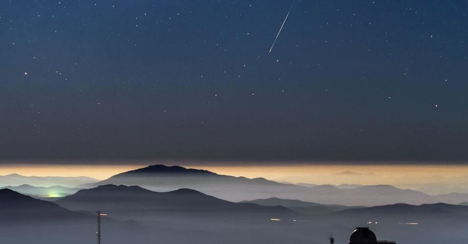11.jan.2016 - Um meteoro foi registrado em uma foto no observatório La Silla, do ESO (Observatório Europeu do Sul), no deserto do Atacama, Chile. A fotografia impressionou amantes de astronomia por juntar com perfeição imagens do espaço e da Terra, mostrando as estrelas e o rastro de luz esverdeado do meteoro Geminid, além de montanhas e as cúpulas do observatório. O ESO afirmou que o céu escuro e o ar limpo do Atacama tornam o local ideal para observações astronômicas