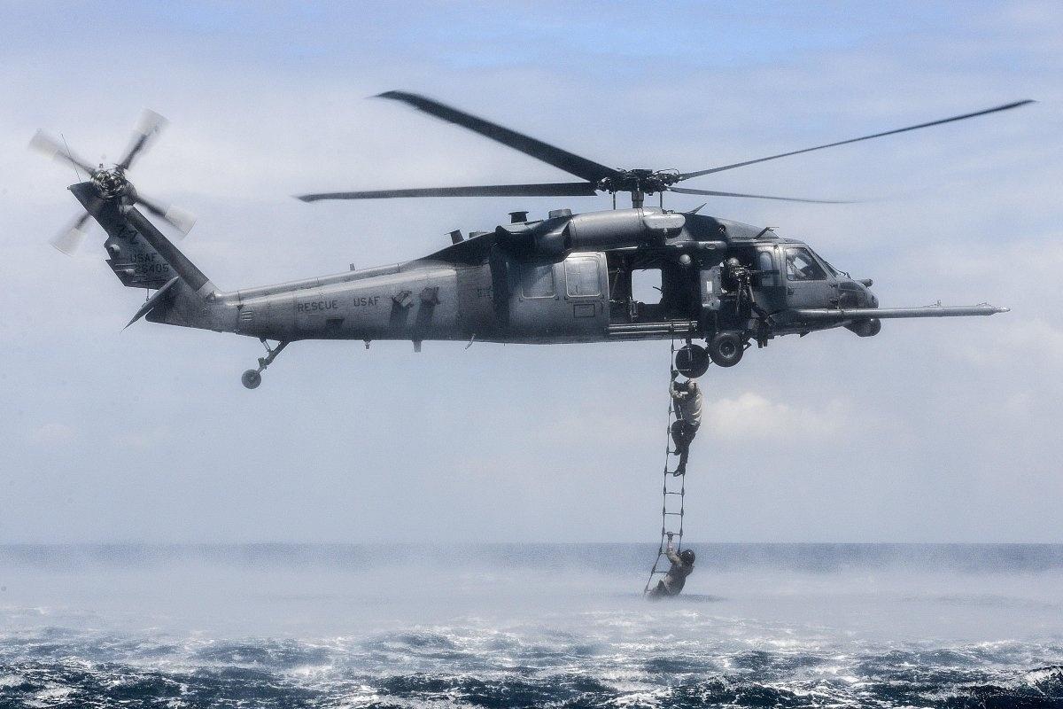 13.jan.2016 - Soldados do Esquadrão de Resgate dos Estados Unidos participam de exercício na base aérea de Kadena, no Japão. Foram praticadas atividades de táticas especiais para conduzir operações de combate de alto risco, em setembro de 2015 no oeste de Okinawa