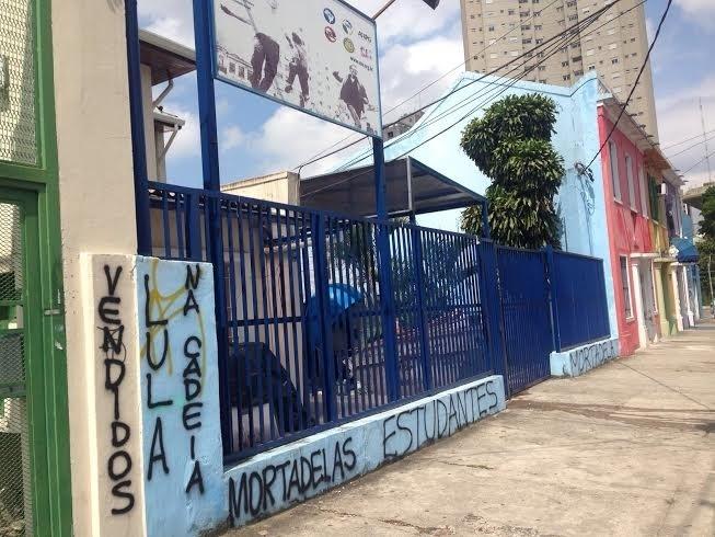 12.mar.2016 - Sede da União Nacional dos Estudantes (UNE), em São Paulo, é atacada com pichações contra a militância e o ex-presidente Lula