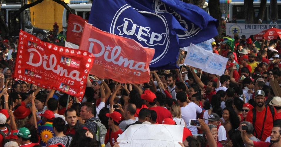 18.mar.2016 - Manifestantes participam de protesto pró-governo da presidente Dilma Rousseff e em defesa do ex-presidente Luiz Inácio Lula da Silva e da democracia no Recife (PE)