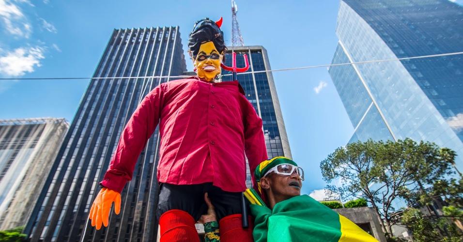 26.mar.2016 - Boneco da presidente Dilma Rousseff (PT) aparece na região da Fiesp, na avenida Paulista, em São Paulo. Malhação de Judas no local em que pequeno grupo faz protestos contra o governo teve o PT como alvo