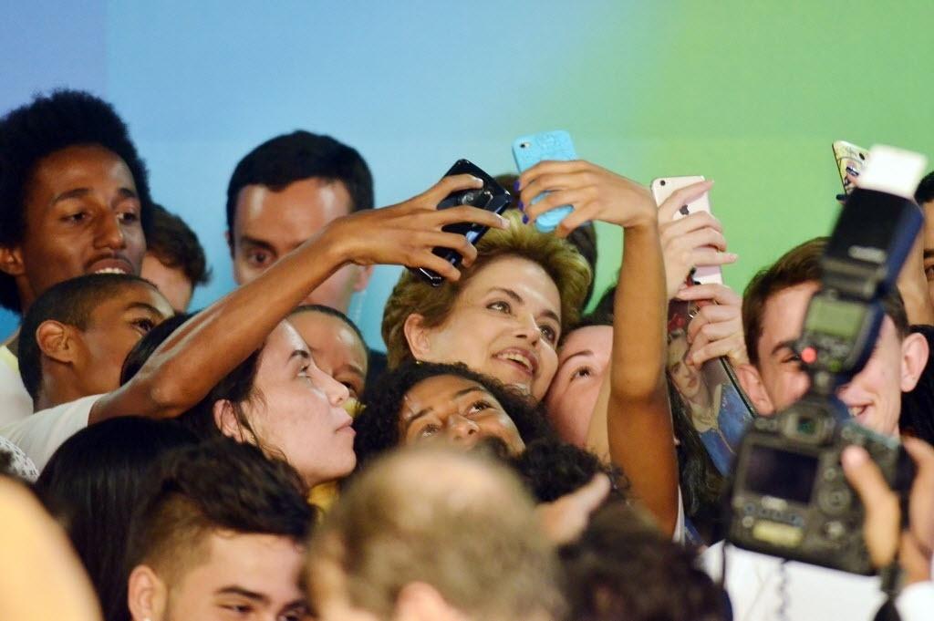 5.abr.2016 -  A Presidente Dilma Rousseff tira selfie com estudantes durante o lançamento da