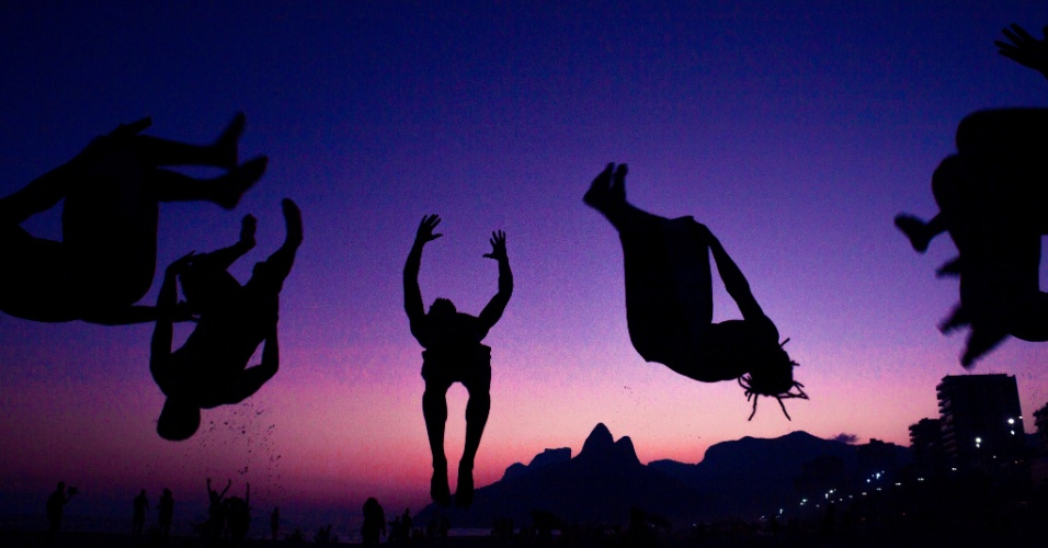 8.abr.2016 - Grupo aproveita fim de tarde e pôr do sol na praia de Ipanema, no Rio de Janeiro, para treinar capoeira na areia