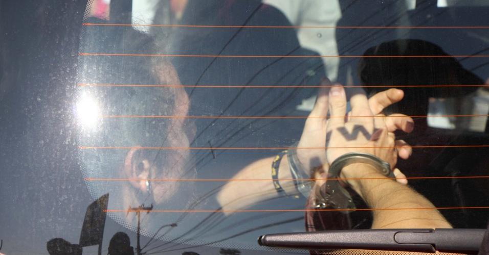 13.abr.2016 - Jovem é detido após confronto entre policias militares e estudantes na avenida Ruy Rodrigues, no Ouro Verde, em Campinas (SP), na manhã desta quarta-feira. Grupo protestava contra os desvios de verba da merenda escolar