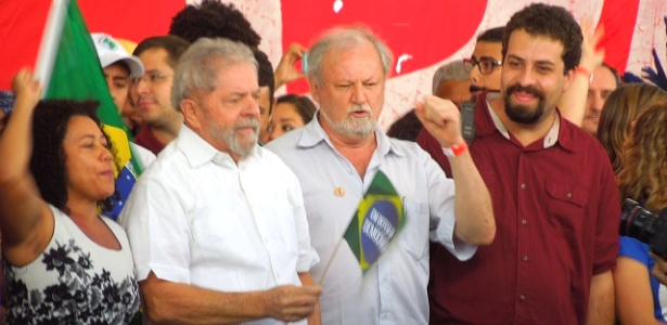 Guilherme Boulos (dir., de camisa vermelha) em ato contra o impeachment neste sábado (16), ao lado de Lula (dir,) e João Pedro Stédile (centro)