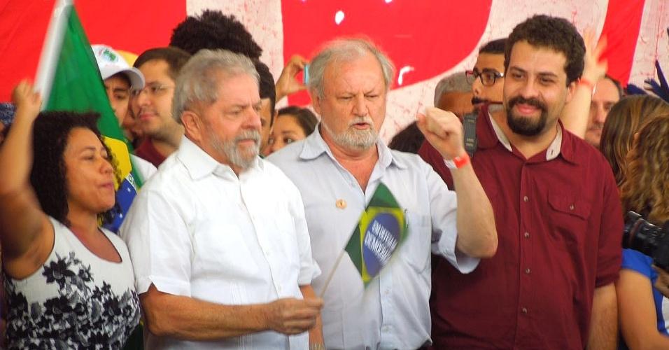 16.abr.2016 - O ex-presidente Luiz Inácio Lula da Silva e coordenador do MTST, Guilherme Boulos (à direita), participam de ato com movimentos sociais em Brasília contra o impeachment da presidente Dilma Rousseff