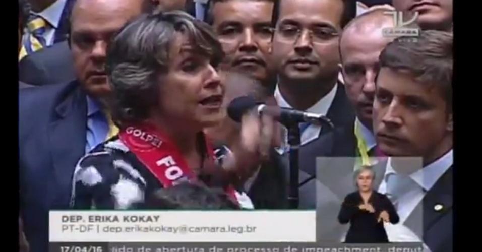 16.abr.2016 - A deputada Erika Kokay (PT-DF) votou contra o impeachment da presidente Dilma Rousseff