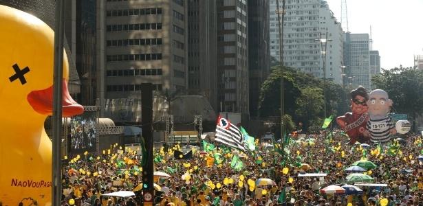 Manifestantes favoráveis ao afastamento da presidente em ato na avenida Paulista em abril do ano passado