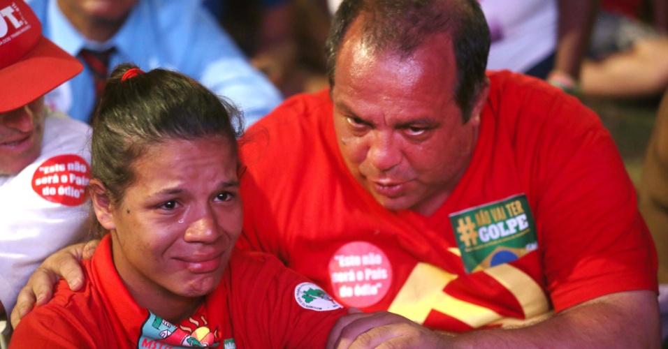 17.abr.2016 - Mulher chora e é consolada depois da aprovação do processo de impeachment da presidente Dilma, em Brasília. Os manifestantes assistiam à votação por um telão na capital federal