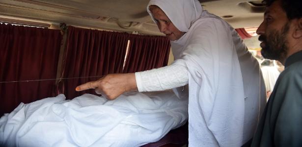 Paquistanesa aponta para corpo de neta, que foi torturada e queimada viva, em Islamabad, no Paquistão