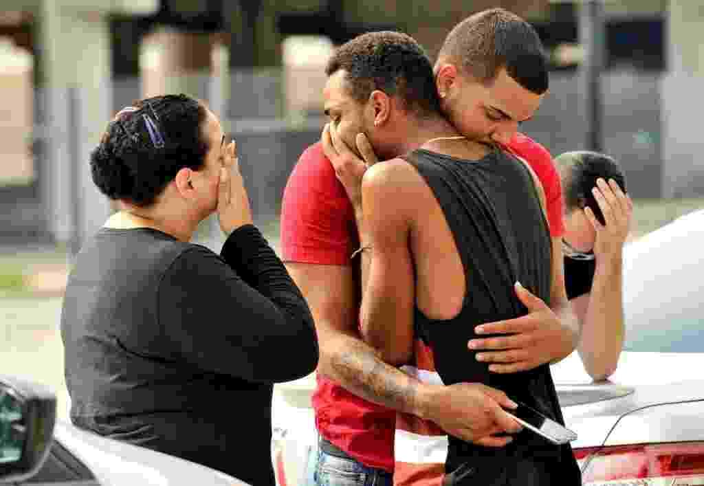 12.jun.2016 - Um atirador abriu fogo dentro de uma boate voltada ao público LGBT em Orlando, na Flórida, nos Estados Unidos. Pelo menos 50 pessoas foram mortas. A polícia identificou o suspeito como Omar Saddiqui Mateen, 27, nascido em Port St Lucie, na Flórida. O atirador foi morto pelos agentes policiais que invadiram a casa noturna Pulse, onde ocorreu o incidente - Steve Nesius/Reuters