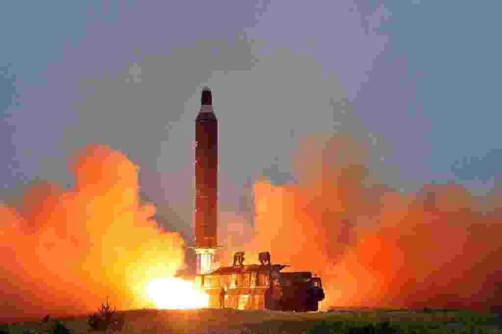 23.jun.2016 - A Agência de Notícias da Coreia do Norte divulga imagem sem data de um teste de lançamento de um míssil balístico terra-terra de longo alcance. O ministro da Defesa da Coreia do Sul, Han Min-koo, ordenou que as Forças Armadas do país aumentem sua preparação militar após o lançamento de mísseis de médio alcance pela Coreia do Norte - KCNA/ Reuters