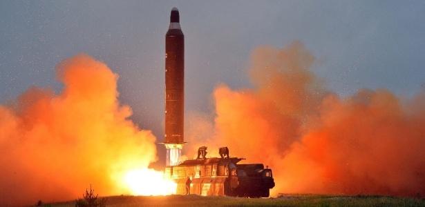 Coreia do Norte divulga imagem sem data de um teste de lançamento de um míssil balístico terra-terra de longo alcance