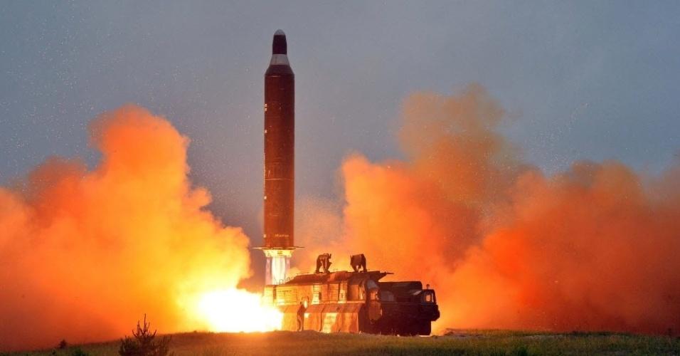 23.jun.2016 - A Agência de Notícias da Coreia do Norte divulga imagem sem data de um teste de lançamento de um míssil balístico terra-terra de longo alcance. O ministro da Defesa da Coreia do Sul, Han Min-koo, ordenou que as Forças Armadas do país aumentem sua preparação militar após o lançamento de mísseis de médio alcance pela Coreia do Norte