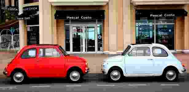 dois carros estacionados  fiat 500 carro financiamento - iStock - iStock