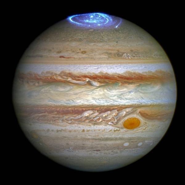 30.jun.2016 -  AURORAS DE JUPÍTER - Astrônomos estão usando o telescópio de Hubble para estudar auroras do maior planeta do sistema solar, Júpiter. O planeta é conhecido por suas tempestades coloridas, sendo a mais famosa a Grande Mancha Vermelha. As auroras são criadas quando as partículas de alta energia entram na atmosfera de um planeta perto seus polos magnéticos e colidem com átomos de gás