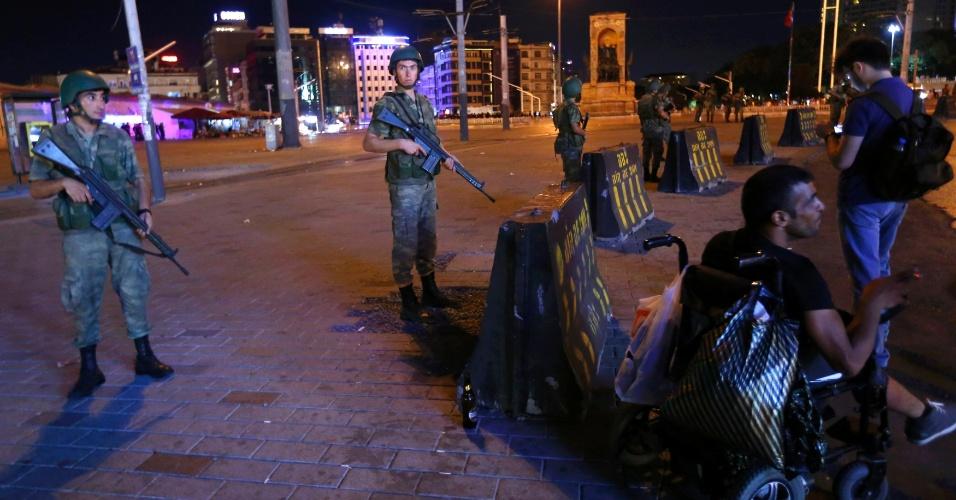 15.jul.2016 - Soldados turcos guardam Praça Taksim em Istambul, na Turquia. O primeiro-ministro da Turquia, Binali Yildirim, afirmou em rede nacional nesta sexta-feira (15) que o país passa por uma tentativa de golpe militar. Segundo relatos de testemunhas, tanques, caças e militares foram vistos em Istambul e em Ancara, a capital do país. Há relatos de tiros disparados em Ancara