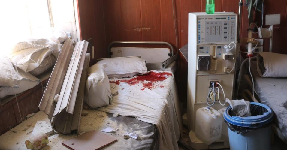 16.jul.2016 - Hospital danificado após ataques aéreos na cidade síria de Aleppo. Pelo menos 19 civis morreram neste sábado (16) em ataques do exército sírio sob o controle dos rebeldes, informou o OSDH (Observatório Sírio dos Direitos Humanos)