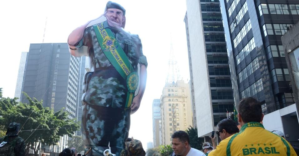 31.jul.2016 - Na avenida Paulista, em São Paulo, boneco gigante do General Mourão, do Exército Brasileiro, é erguido. Exaltações à ditadura e aos militares são vistas em meio ao protesto contra a presidente Dilma (PT)