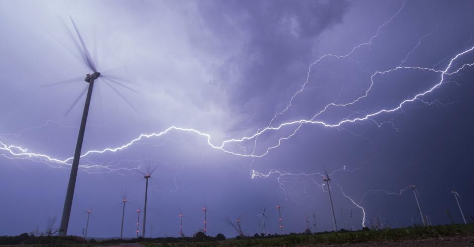 29.ago.2016 - Raios caem sobre um parque eólico durante uma tempestade em Sieversdorf (Alemanha)
