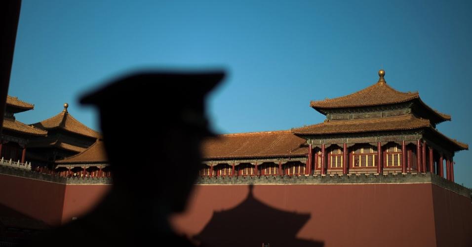 28.set.2016 - Soldado monta guarda do lado de fora do portão da Cidade Proibida, em Pequim, na China