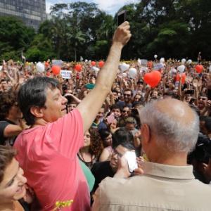 9.out.2016 - Prefeito Fernando Haddad (PT) em manifestação a seu favor na avenida Paulista