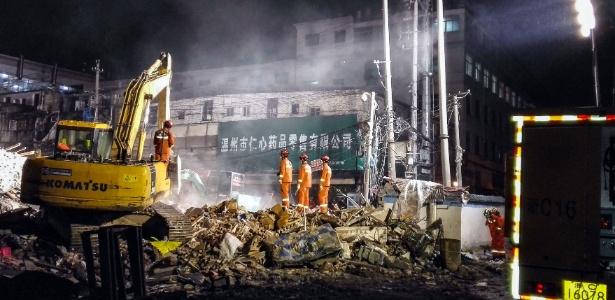 Equipe de resgate busca sobreviventes entre destroços de prédios residenciais que desabaram em Wenzhou, na China