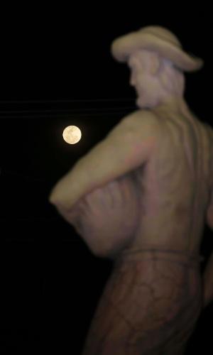 Superlua é vista ao lado de estátua em Lucas do Rio Verde (MT), nesta segunda-feira (14)