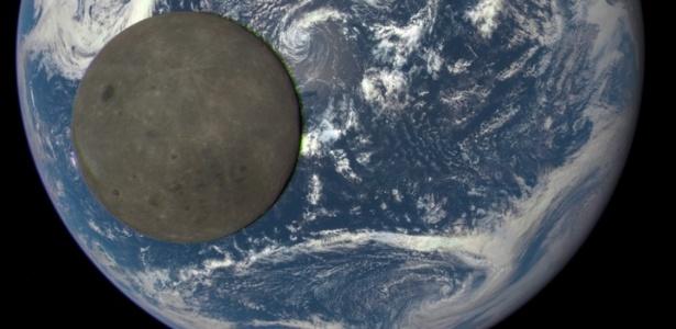 O lado escuro da Lua e a Terra vistos a partir de um satélite